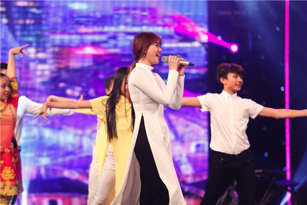 Hari Won nhận được sự cổ vũ nhiệt tình của nhiều khán giả có mặt tại trường quay. - Tin sao Viet - Tin tuc sao Viet - Scandal sao Viet - Tin tuc cua Sao - Tin cua Sao