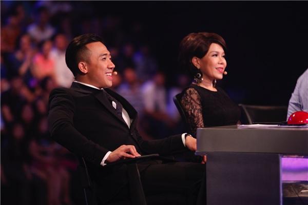 Trong lúc Hari Won biểu diễn, phía dưới Trấn Thành liên tục nhìn cômỉm cười. - Tin sao Viet - Tin tuc sao Viet - Scandal sao Viet - Tin tuc cua Sao - Tin cua Sao