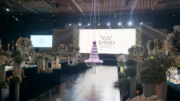 Sân khấu được trang trí nhiều hoa tươi theo phong cách hoàng gia châu Âu,vô cùng lãng mạn. - Tin sao Viet - Tin tuc sao Viet - Scandal sao Viet - Tin tuc cua Sao - Tin cua Sao