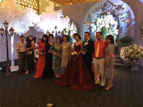 """Cặp đôi """"vàng"""" của điện ảnh Việtvui vẻ chụp ảnh cùng bạn bè thân thiết và gia đình hai bên - Tin sao Viet - Tin tuc sao Viet - Scandal sao Viet - Tin tuc cua Sao - Tin cua Sao"""