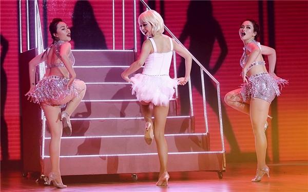 Những vũ đạo sôi động trên nền nhạcBut I'm a good girlkhiến khán giả liên tưởng đến những bộ phim của thập kỉ trước. - Tin sao Viet - Tin tuc sao Viet - Scandal sao Viet - Tin tuc cua Sao - Tin cua Sao