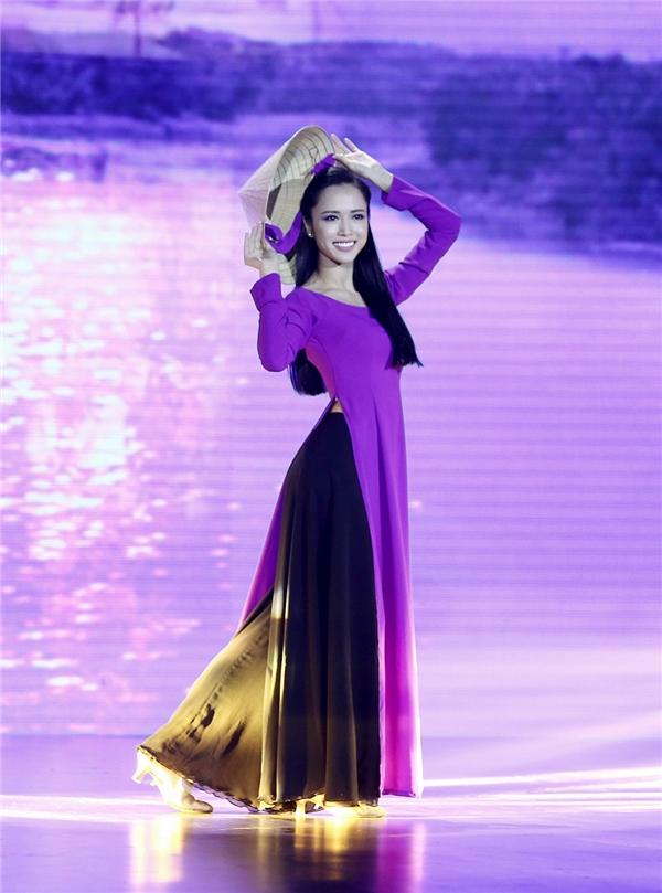 Trong bộ trang phục truyền thống, Vũ Ngọc Anh toát lên vẻ thanh lịch và tinh tế. - Tin sao Viet - Tin tuc sao Viet - Scandal sao Viet - Tin tuc cua Sao - Tin cua Sao