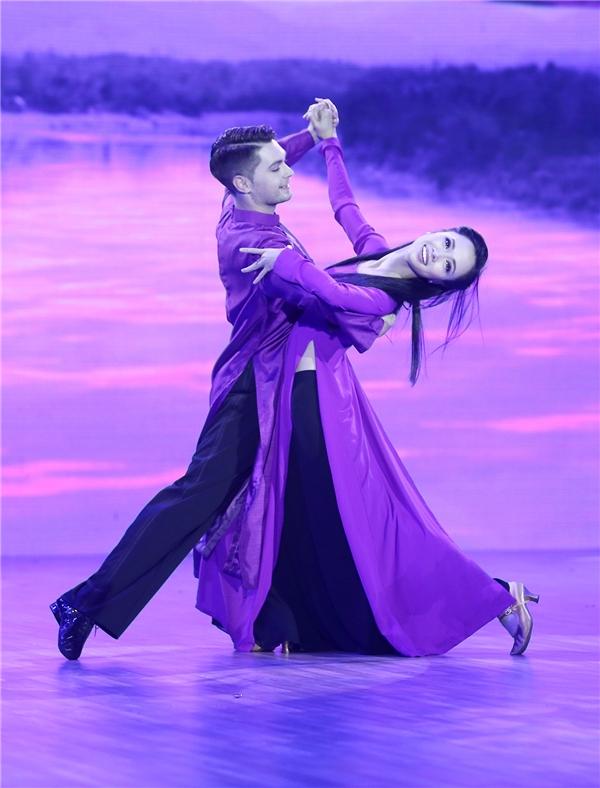 Bài vũ đạo được xây dựng trên nhạc nền Ai ra xứ huế khiến khán giả bồi hồi nhớ về miền Trung. - Tin sao Viet - Tin tuc sao Viet - Scandal sao Viet - Tin tuc cua Sao - Tin cua Sao