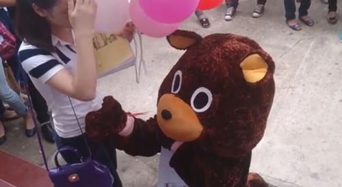 Chàng gấu nâu thất bại khi tỏ tình.