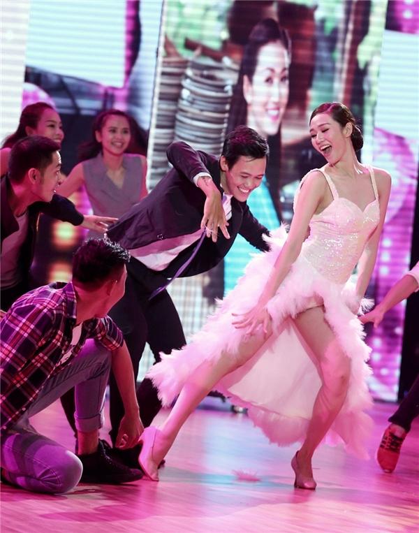 Cô nàng sung sướng nhảy những vũ đạo vui tươi khi được trẻ hóa thành một thiếu nữ. - Tin sao Viet - Tin tuc sao Viet - Scandal sao Viet - Tin tuc cua Sao - Tin cua Sao