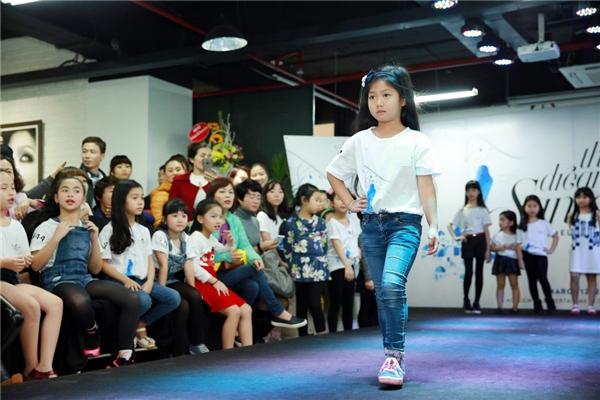 Bé Chip trình diễn catwalk,tạo dáng trước giám khảo và khán giả. - Tin sao Viet - Tin tuc sao Viet - Scandal sao Viet - Tin tuc cua Sao - Tin cua Sao