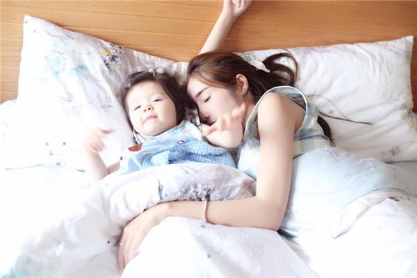Đó là những hình ảnh đời thường của hai mẹ con hotgirl trong ngày nghỉ cuối tuần. - Tin sao Viet - Tin tuc sao Viet - Scandal sao Viet - Tin tuc cua Sao - Tin cua Sao