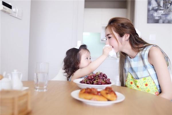 Hình ảnh vô cùng đáng yêu, thể hiện tình thương của Cadie dành cho mẹ được cộng đồng mạng hết lời khen ngợi. - Tin sao Viet - Tin tuc sao Viet - Scandal sao Viet - Tin tuc cua Sao - Tin cua Sao