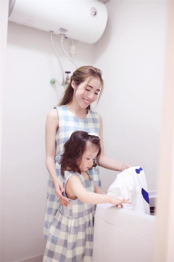 Tiểu thư nhà Elly thích thú khi được mẹ hướng dẫn giặt đồ. - Tin sao Viet - Tin tuc sao Viet - Scandal sao Viet - Tin tuc cua Sao - Tin cua Sao