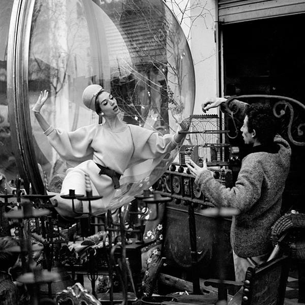 """Bộ ảnh mang tên """"Woman Floating Over Paris"""" và từng được xuất hiện trên tạp chí Harper's Bazaar. Ngay từ khi bắt đầu thử thách, giám khảo Kenneth Goh đã tiết lộ nguồn cảm hứng để các thí sinh nắm bắt và có thể định hình những tạo dáng, biểu cảm phù hợp."""