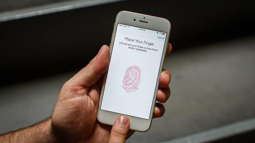 """Khóa màn hình bằng mật khẩu hay dấu vân tay có lẽ là bước đầu tiên và đơn giản nhất để giúp điện thoại an toàn, nếu có bị đánh cắp thì kẻ xấu cũng không thể xâm nhập được. Tuy nhiên, rất nhiều người vì cho rằng """"tốn thời gian"""" nên đã không cài chúng. Rất nguy hiểm đấy! (Ảnh: Internet)"""
