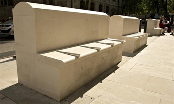 Thoạt nhìn, hàng ghế ở công viên Hoàng Gia của Anh không có gì quá bất thường, cho đến khi đêm xuống, những gờ nổi trên mặt ghế không thể mang lại giấc ngủ tròn cho người vô gia cư.(Ảnh: Internet)