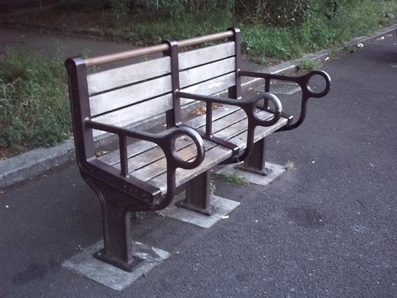 Chiếc ghế ở Nhật Bảntrông đáng yêu và lãng mạn như thế nhưng mục đích của thiết kế này là để không ai có thể nằm được. (Ảnh: Internet)