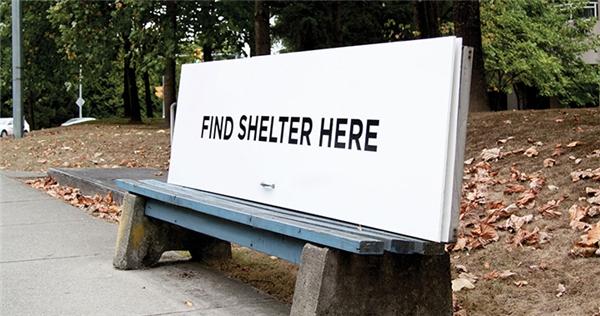Tuy nhiên, ở một số quốc gia như Canada, mọi việc lại lạc quan hơn rất nhiều. Đây là một hình ảnh tại công viêncông viên Maple Leaf, nơi có những chiếc ghế dành cho người vô gia cư.(Ảnh: Internet)