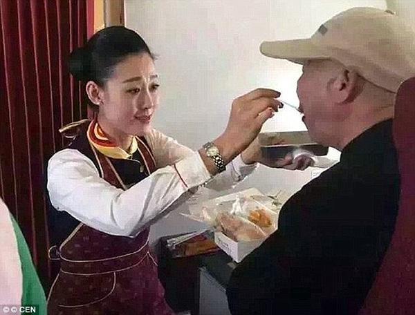 Nữ tiếp viên hàng không chẳng nề hà quỳ xuống sàn máy bay bón từng thìa cơm cho hành khách.