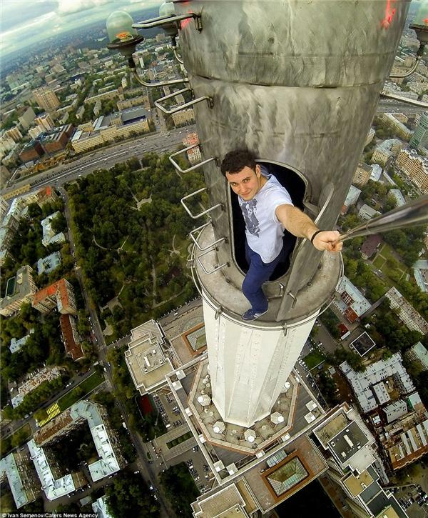 """Đây là anh chàng Ivan Semenov – """"đầu têu"""" của ý tưởng thực hiện những bức ảnh """"thót tim"""" ở độ cao chóng mặt.(Ảnh: Daily Mail)"""