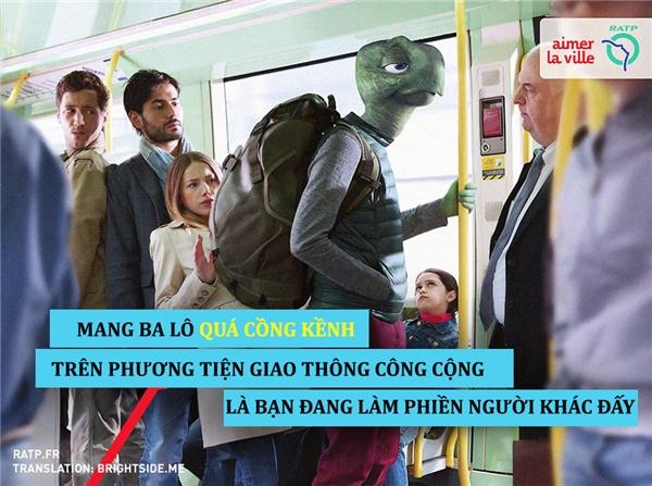 Mang túi cồng kềnh trên phương tiện công cộng là vô tình làm phiền người khác.
