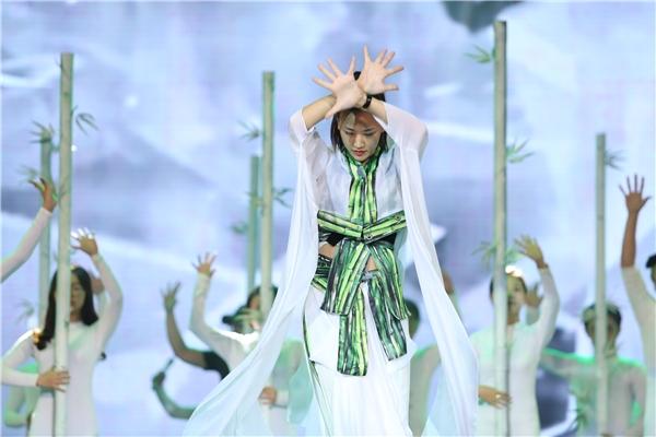 Maya thanh thoát trong trang phục lấy ý tưởng từ khu rừng tre trúc. - Tin sao Viet - Tin tuc sao Viet - Scandal sao Viet - Tin tuc cua Sao - Tin cua Sao