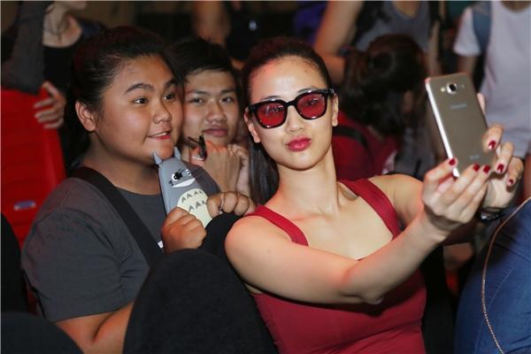"""Nữ ca sĩ tạo dáng """"xì-tin"""" khi selfie cùng fan nhí. - Tin sao Viet - Tin tuc sao Viet - Scandal sao Viet - Tin tuc cua Sao - Tin cua Sao"""