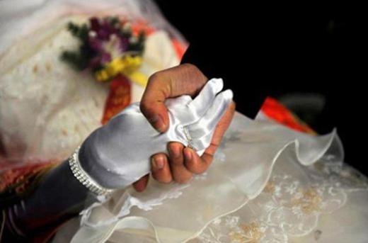 Hủ tục đám cưới ma vẫn còn tồn tại ở đất nước đông dân nhất thế giới. (Ảnh: Internet)