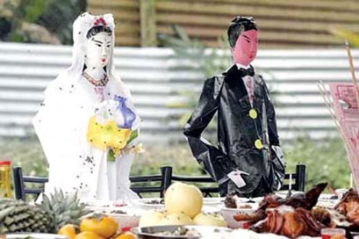 Hình thức cơ bản là người nhà sẽ tìm các tượng cô dâu ma bằng đất sét hoặc bằng bạc để chôn cạnh thi thể nam quá cố.(Ảnh: Internet)