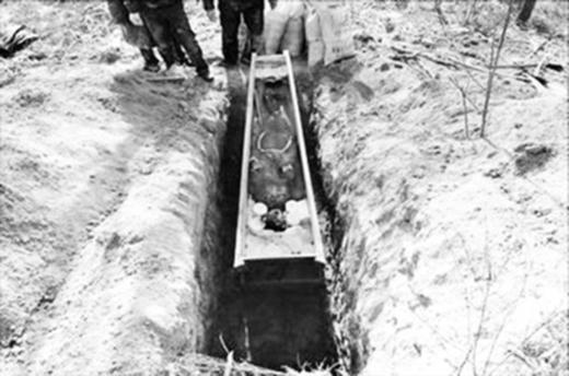 Bọn trộm sẽ đào những ngôi mộ của các cô gái trẻ lên để ăn cắp xác chết.(Ảnh: Internet)