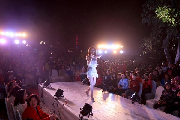 """Nữ ca sĩ """"đốt cháy"""" sân khấu tại Bắc Ninh. - Tin sao Viet - Tin tuc sao Viet - Scandal sao Viet - Tin tuc cua Sao - Tin cua Sao"""