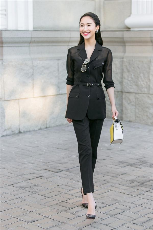 Dáng suit cổ điển mang dư vị mới mẻ bởi đường cắt, cách kết hợp chất liệu cùng những chi tiết bỏ nhỏ ở cổ, nắp túi áo.