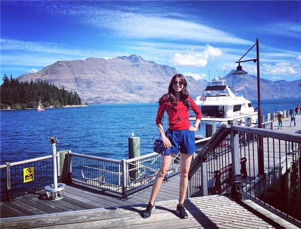 Giữa tiết trời mát mẻ tại New Zealand, Phạm Hương khoe khéo đôi chân thon dài đáng mơ ước trong chiếc quần short gấp nếp độc đáo. Hoa hậu Hoàn vũ Việt Nam 2015 khéo léo tạo nên sự tương phản nhưng vẫn hòa hợp giữa hai tông màu xanh, đỏ trẻ trung, nổi bật.