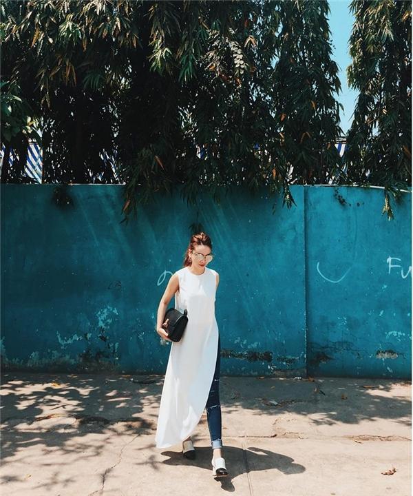 Yến Trang mang lại vẻ ngoài mới lạ hơn cho chiếc quần jeans xanh cổ điển khi phối cùng áo dáng dài xẻ đường hông sâu hút. Những phụ kiện đi kèm cân đối, hài hòa cả về số lượng, kích thước và màu sắc.
