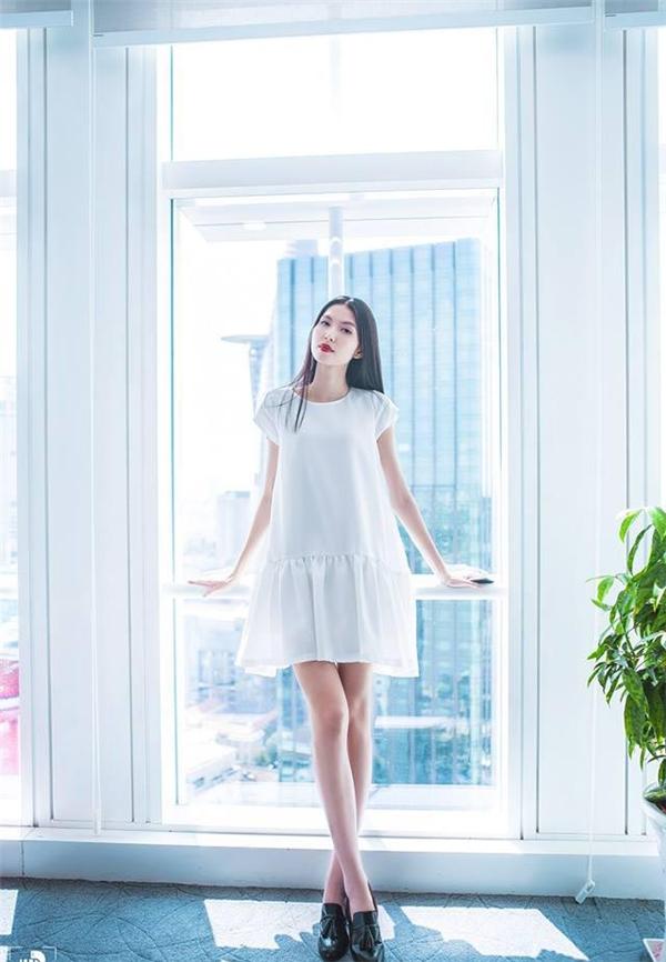 Kate Moss Việt Nam - Thùy Dương mỏng manh, nhẹ nhàng trong dáng váy chữ A giấu đường cong.