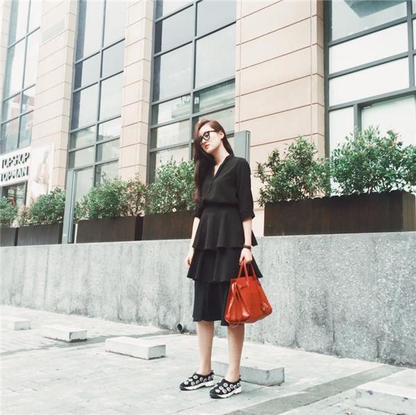 Hà Lade trông vô cùng đơn giản nhưng không kém phần thu hút khi diện bộ váy kết hợp hai thành phần khá lạ mắt trên nền sắc đen cá tính, mạnh mẽ.