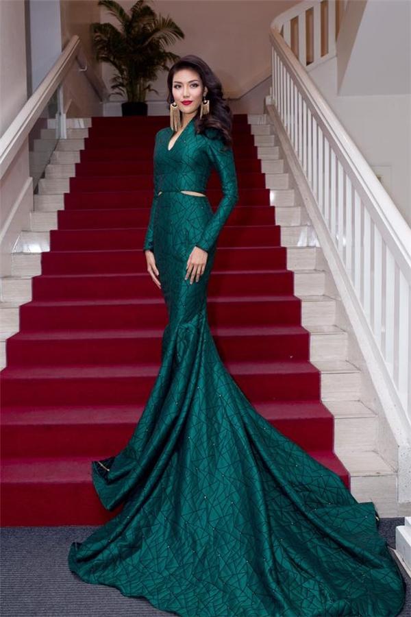 Trong đêm tiệc vào tối qua, Lan Khuê gần như trở thành nữ hoàng trên thảm đỏ khi diện bộ váy đuôi cá của Lý Quí Khánh. Thiết kế được thực hiện trên nền sắc xanh cổ vịt sang trọng, quý phái kết hợp những đường gân vải tạo hiệu ứng thị giác bắt mắt.