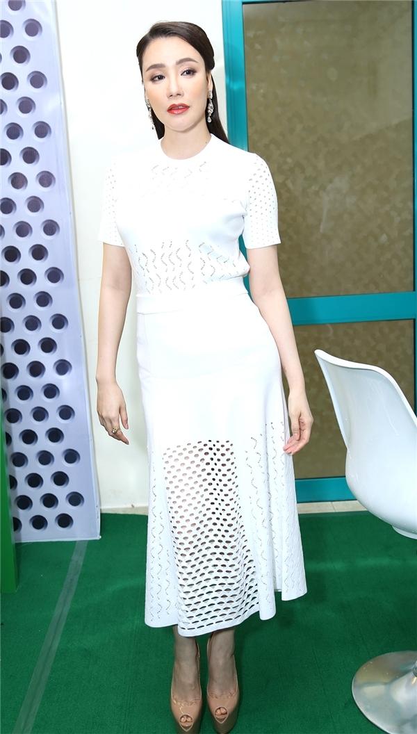 Bộ váy của Hồ Quỳnh Hương trong buổi ghi hình đầu tiên của The X - Factor 2016 khiến người đối diện không thể rời mắt bởi sự kết hợp hài hòa, tinh tế giữa nét cổ điển, thanh lịch cùng tinh thần hiện đại, gợi cảm. Chi tiết cắt laser tạo nên những khoảng hở vừa phải giúp bộ váy mang màu sắc mới lạ hơn.