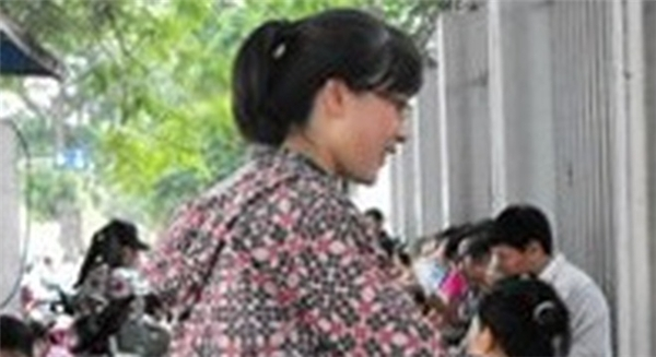 Hành động xả tờ rơi đáng lên án của cô gái trẻ