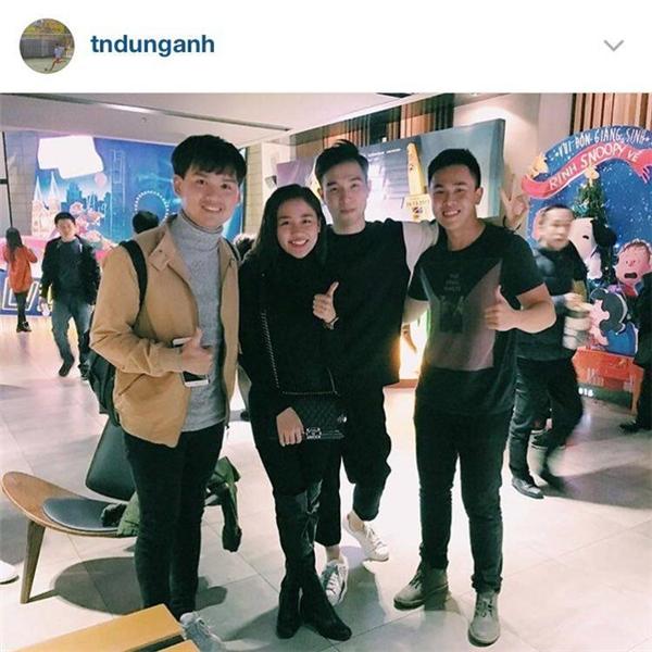 Chàng trai này cũng có mối quan hệ quen biết với rất nhiều cái tên trẻ tuổi, nổi tiếng của showbiz Việt như Nguyễn Trần Trung Quân, Văn Mai Hương và Aiden Ng.