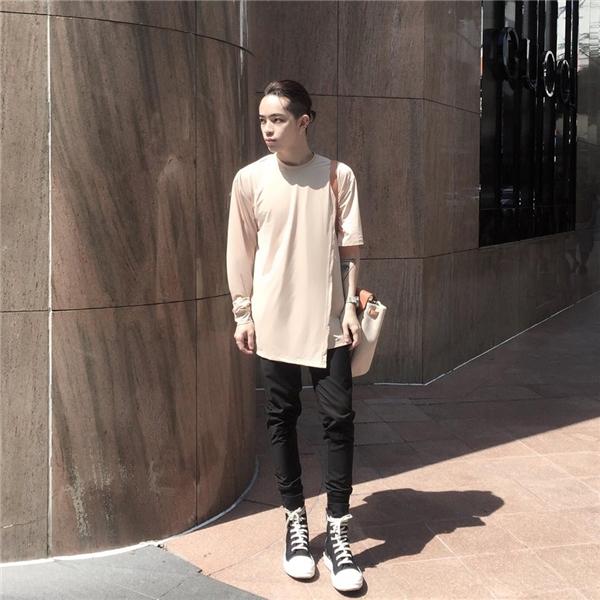 Kelbin Lei khéo léo tạo nên sự tương phản về phom dáng giữa chiếc áo rộng cùng quần skinny bó sát. Tông màu pastel mang đến vẻ ngoài ngọt ngào, thu hút đến khó thể rời mắt cho các chàng trai. Đặc biệt, nếu bạn may mắn có làn da trắng thì càng tuyệt vời hơn.