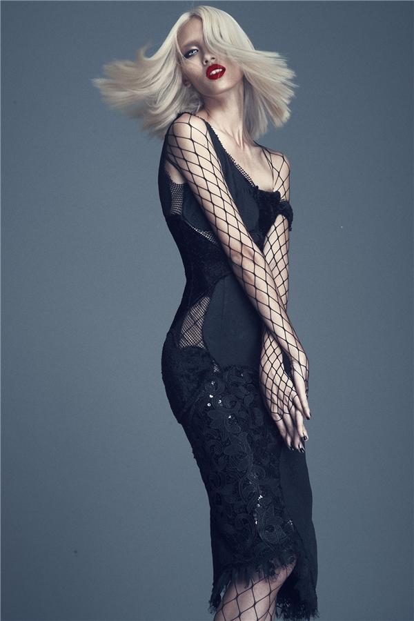 Nữ người mẫu khoe dáng trong phom váy cocktail ôm sát. Thiết kế gây ấn tượng ngay từ cái nhìn đầu tiên bởi sự kết hợp nhiều mảng chất liệu như: ren, lưới, sequins, voan,… Từng điểm nối được ghép với nhau theo tỉ lệ cân đối tạo nên một bức tranh tình yêu liền mạch.