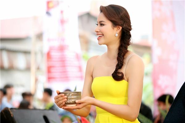 Phạm Hương nói rằng, cô mong muốn sẽ là cầu nối để khuyến khích các bạn trẻ tích cực học ngoại ngữ, nâng cao kiến thức, không chỉ là tiếng Nhật mà là các ngôn ngữ khác. - Tin sao Viet - Tin tuc sao Viet - Scandal sao Viet - Tin tuc cua Sao - Tin cua Sao