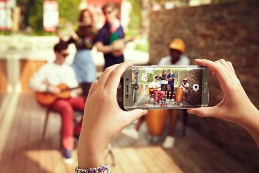 Smartphone Galaxy S6 edge – Điện thoại đầu tiên trên thế giới có màn hình cong tràn hai cạnh độc đáo và quyến rũ.