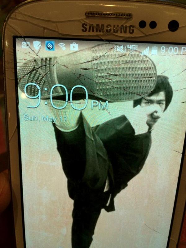 Lý Tiểu Long đang luyện tập vô tình đạp bể màn hình. (Ảnh: Internet)