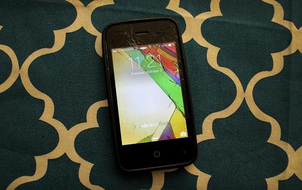 Đố bạn nhìn ra vết nứt thật của điện thoại. (Ảnh: Internet)