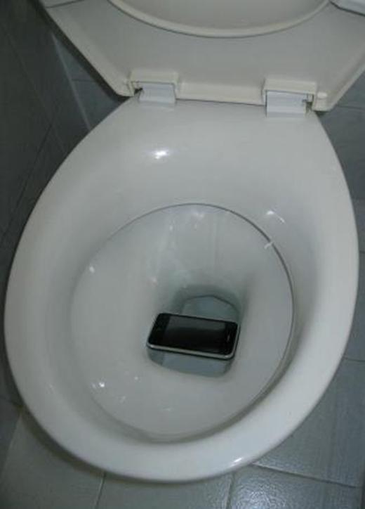 """Suýt chút nữa thì chủ nhân chiếc điện thoại phải trở về thời kìđồ đá rồi. Thì ra điện thoại càng ngày càng to là để tránh những trường hợp """"libiệt"""" thương tâm trong toilet thế này đây. (Ảnh: Internet)"""