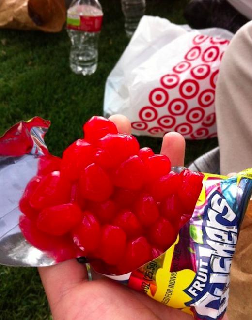 Nếu bạn thường xuyên than phiền về gói kẹo to, số kẹo ít thì hãy nhìn gói kẹo của người này mà tội nghiệp cho thân phận của mình tiếp đi nhé. (Ảnh: Internet)