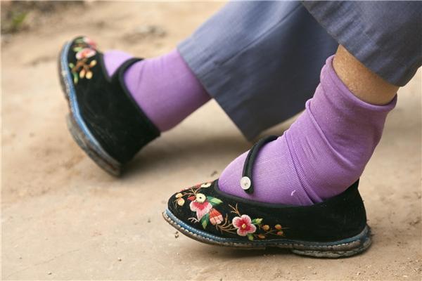 Bàn chân cụ nhỏ gọn trong đôi giày nhung thêu hoa. (Ảnh: Internet)