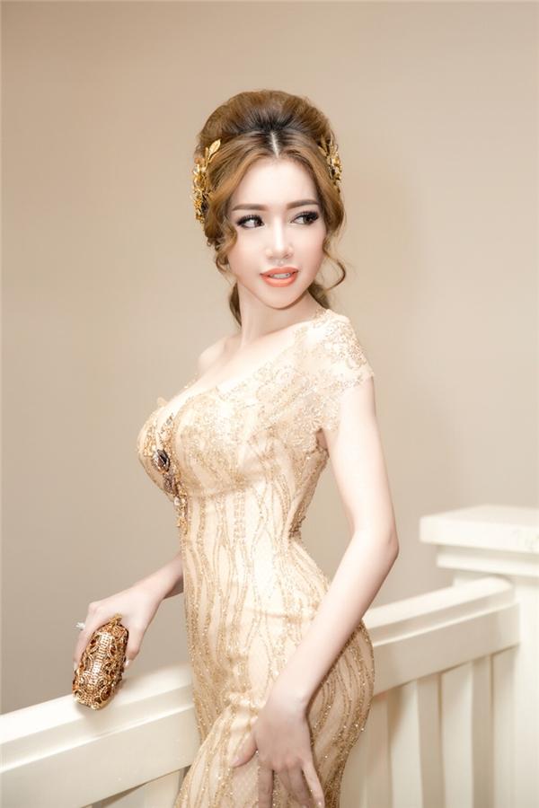Với kiểu váy này, cô chọn kiểu tóc cột gọn gàng, nhấn nhà bằng cài đầu phong cách nữ thần đầy cuốn hút. - Tin sao Viet - Tin tuc sao Viet - Scandal sao Viet - Tin tuc cua Sao - Tin cua Sao