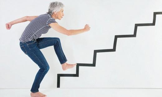 Leo cầu thang làmbộ não chậm lão hóa, giúp bạn giữ được sự trẻ trung, minh mẫn theo thời gian. (Ảnh: Internet)