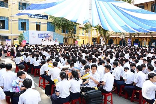 Đông đảo học sinh tại trường THPT Trần Khai Nguyên tham gia chương trình tư vấn.