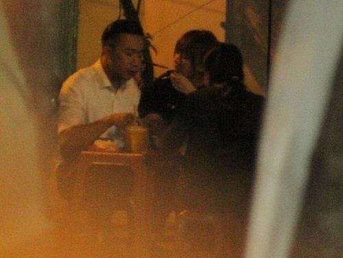Hình ảnh Trấn Thành và Hari Won ăn đêm cùng nhau bị chụp lén. (Ảnh: Intenet) - Tin sao Viet - Tin tuc sao Viet - Scandal sao Viet - Tin tuc cua Sao - Tin cua Sao