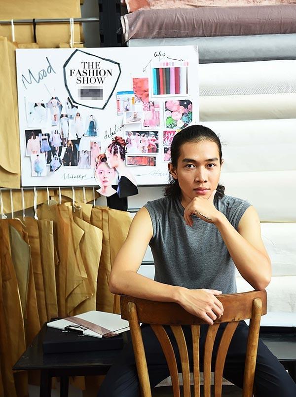 """Nhà thiết kế Nguyễn Hoàng Tú với bộ sưu tập """"No.06 Journey"""" tái hiện hình ảnh những tai nấm xuyên ngang mặt đất hay vực dậy từ những mảnh gỗ mục."""